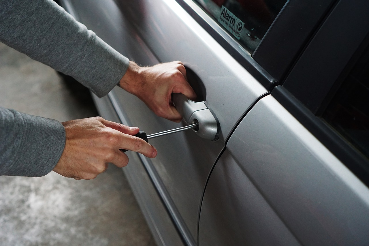 how to prevent car break-in holiday season